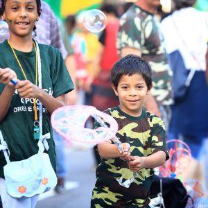 Дети пускают пузыри на демонстрации в Сан Пауло в Бразилии