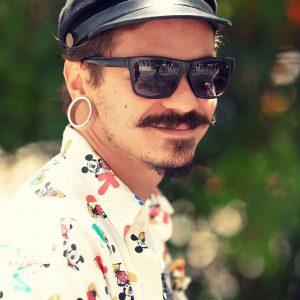 Бразилец в черных очках, кепке и с туннелями в ушах в бразилии