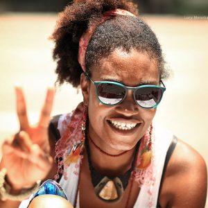 Бразильская веселая девушка улыбается в сан пауло в бразилии