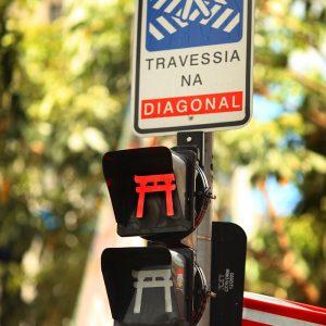 Красный сигнал светофора в японском квартале Сан Паулу Либердаде в бразилии