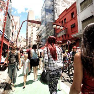 Оживленная улица района Либердаде Сан Пауло в бразилии