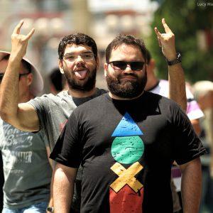 бородатые молодые бразильцы на языке жестов в бразилии
