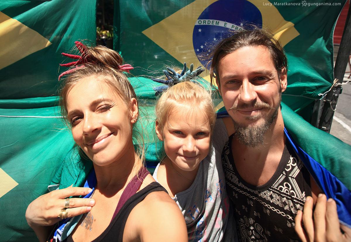 Селфи на фоне флага Бразилии в сан пауло