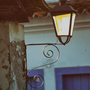уличный фонарь в старом городе в парати в бразилии