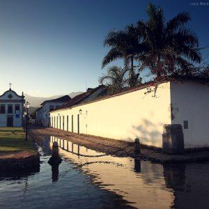 старинная церковь в историческом центре парати в бразилии