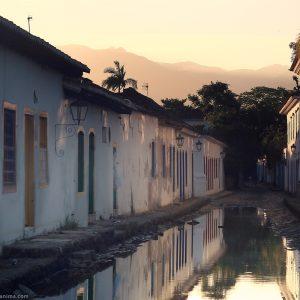 улицы города парати после дождя в бразилии