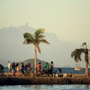 пляжная барабанная вечеринка в парати в бразилии