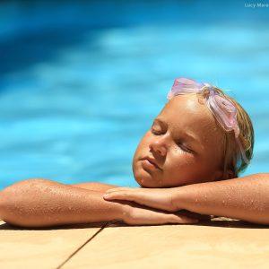 девочка отдыхает в бассейне в парати в бразилии