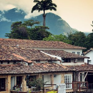 вечерний город парати в бразилии
