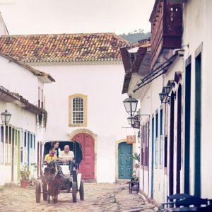 прогулка в карете в историческом центре парати в бразилии