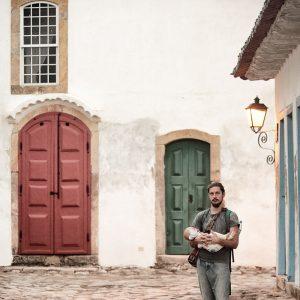 папа с сыном на улицах старинного города парати в бразилии