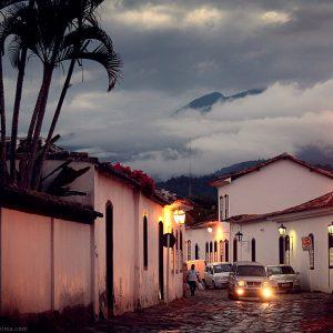 вечерний город парати на фоне гор в бразилии
