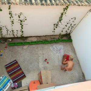 девочка строит кукольный домик в парати в бразилии