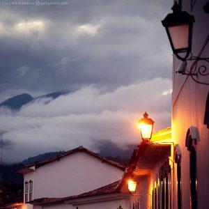 облака тучи над вечерним городом в парати в бразилии