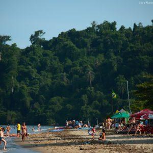 пляж на побережье океана в парати в бразилии