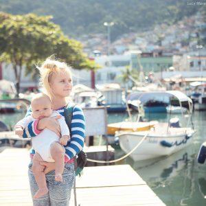 девочка с малышом на руках на пристани в ангра дос рейс в бразилии