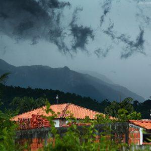 гроза над горами в жабакваре в парати в бразилии