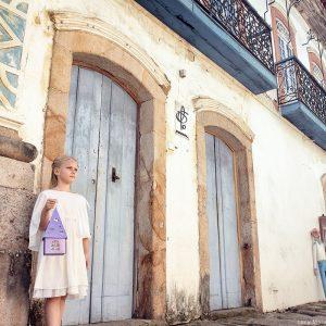 девочка с фонариком на улицах исторического центра Парати в бразилии