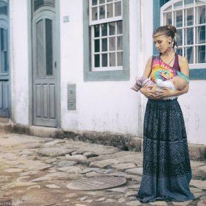 русская девушка с ребенком на руках на улицах парати в бразилии