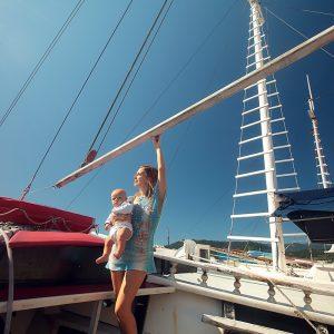 девушка с ребенком на корабле в море в парати в бразилии