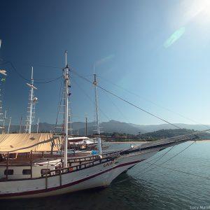 корабли на пристани в парати в бразилии