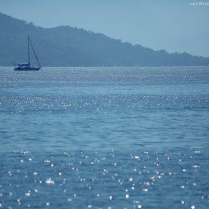 голубое море в парати в бразилии