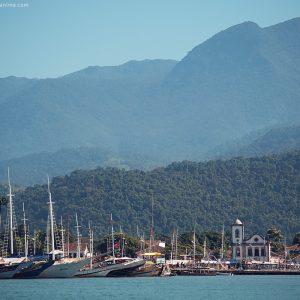 корабли на причале на пристани в парати в бразилии