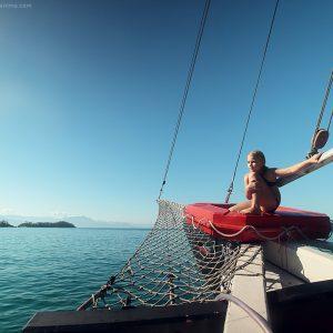 девочка на корме корабля в море в парати в бразилии