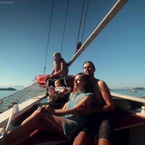 семейная прогулка по морю в лодке в парати в бразилии