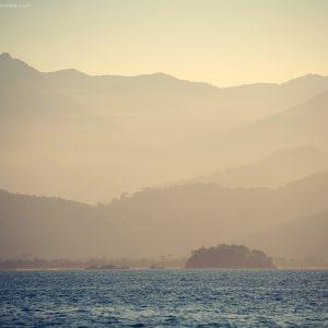 море и горы в парати в бразилии