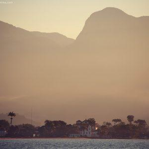 берег города парати на фоне гор с моря в бразилии