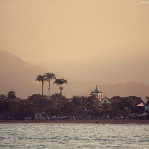 берег с моря в парати в бразилии