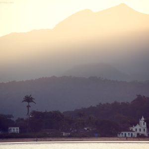 курортный город парати на закате в бразилии