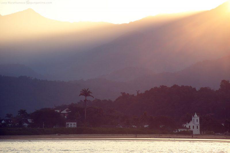 закатное солнце на берегу города парати в бразилии