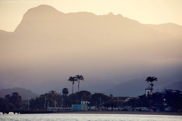 берег города парати на закате на фоне гор в бразилии