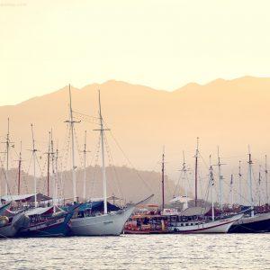 корабли на пристани в парати в бразилии на фоне гор