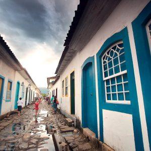 исторический центр парати после дождя в бразилии