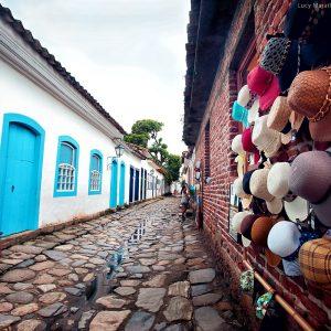 уличные магазины в историческом центре парати в бразилии
