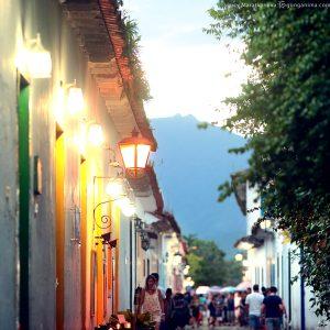 оживленные улицы исторического центра парати в бразилии