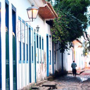 путешествие по улицам исторического центра парати в бразилии