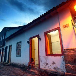 улицы парати вечером при свете фонарей в бразилии