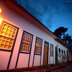 исторический центр парати вечером при свете фонарей в бразилии