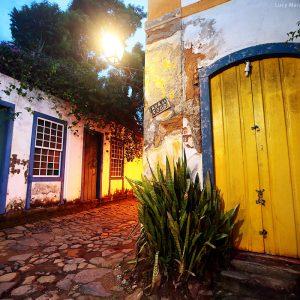 исторический центр парати при свете фонарей в бразилии