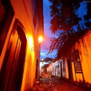 исторический центр города парати в бразилии вечером при свете фонарей