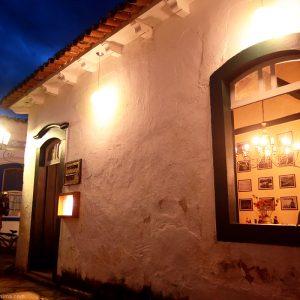 уютные дома в историческом центре парати вечером в бразилии