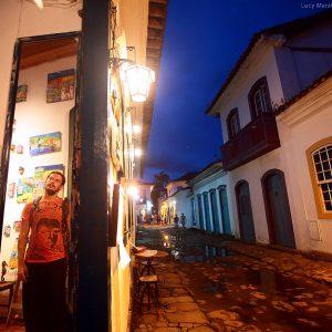 улицы исторического центра парати вечером в бразилии