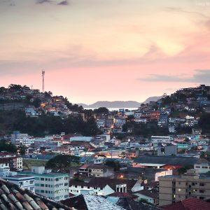 фавелы Ангра дос Рейс на холмах на закате в бразилии