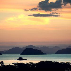 острова в море на закате в парати в бразилии