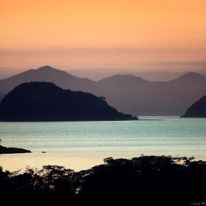 море на закате на островах в парати в бразилии