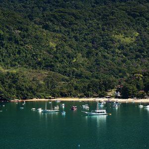 вид на берег и гавань с моря